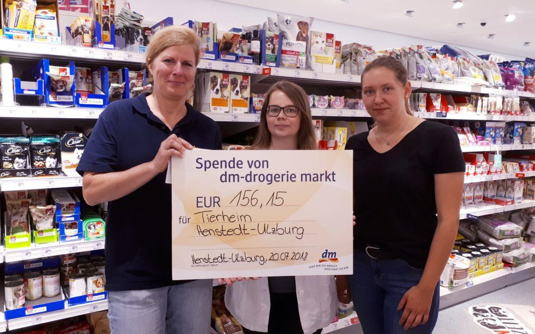 Spendenübergabe im dm Drogeriemarkt